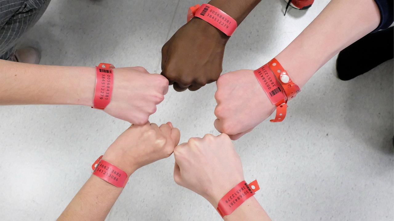 Tv Time Les Bracelets Rouges Tvshow Time